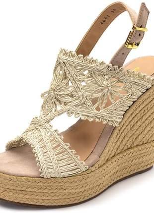 Sandália salto alto em camurça taupe com detalhes em renda