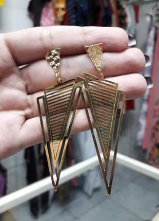 Brinco triângulo grande folheado a ouro