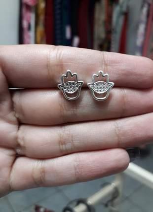 Brinco pequeno mão de hamsá mão de fátima em prata