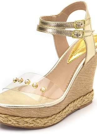 Sandália anabela dourada tira transparente detalhe perolas juta