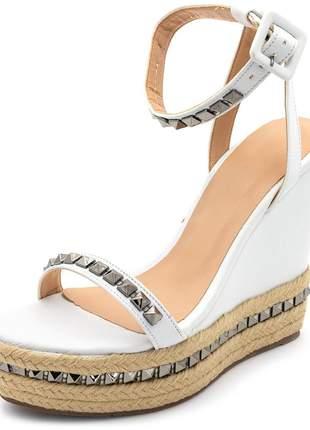Sandália social branca tira em spikes prata detalhe corda