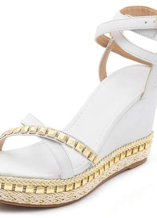 Sandalia anabela salto medio branca com metais dourado