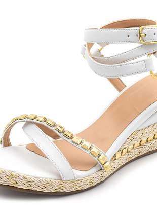 Sandália anabela salto baixo branca com metais dourados