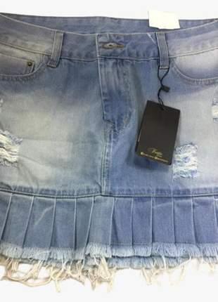 Mini saia jeans premium lavagem especial desfiada com barra babado drapeado.