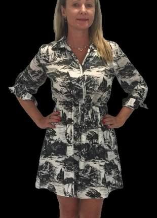 Vestido chemise em seda estampa p&b com cordão ajustável e botões.