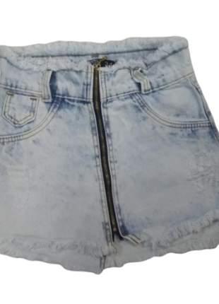 Mini saia jeans abertura zíper frontal.