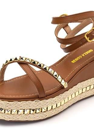 Sandália anabela salto baixo marrom detalhes metais dourados