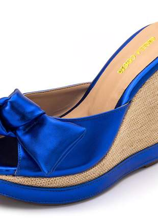 Sandália tamanco anabela salto alto em napa azul metalizado