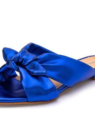 Sandália rasteira feminina bico fino azul metalizado laço