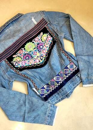 Jaqueta jeans bordada nas costas