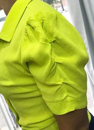 Camisa verde neon com manga godê