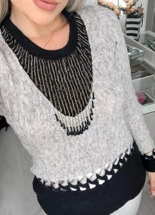 Blusa feminina em tricot com detalhes luxo