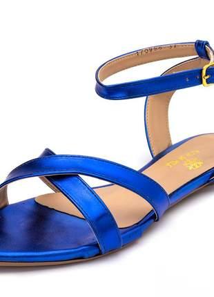Sandália rasteira aberta tiras em azul bic metalizado