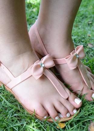 Sandália rasteira salto baixo laço com  detalhe strass