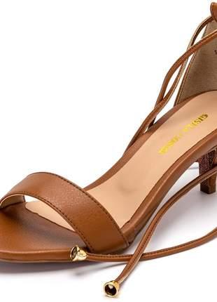 Sandália social marrom tira amarrar na perna salto baixo fino