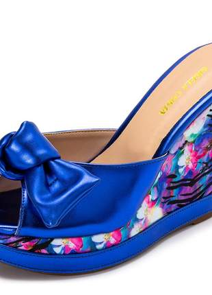 Sandalia anabela tamanco azul metalizado salto plataforma floral