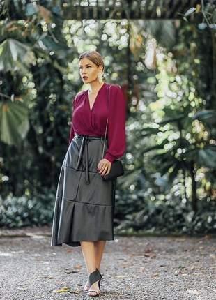 Conjunto blusa sedinha acetinada saia midi couro eco