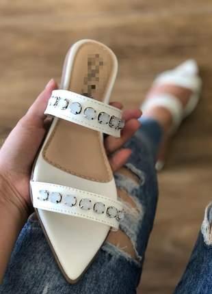 Sandália rasteira com pedras