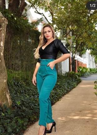 Calça social cintura alta com cinto clochard feminina