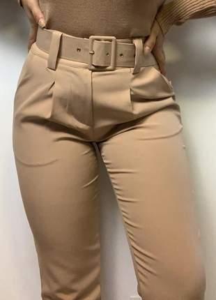 Calça social feminina alfaiataria com cinto encapado forrado bege