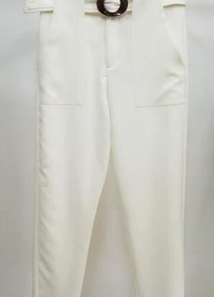 Calça off white com bolsos