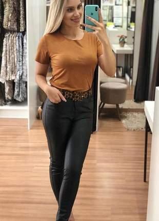 Camiseta de suede camylla manga curta marrom