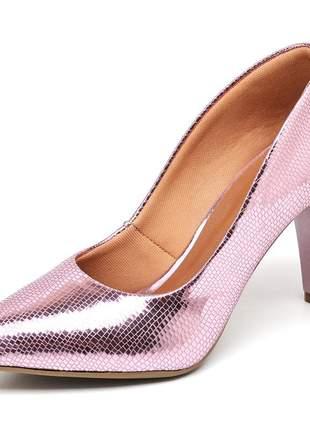 Sapato scarpin salto médio fino metalizado lagarto rosê