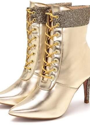 Bota cano médio bico fino dourada metalizada detalhe gliter
