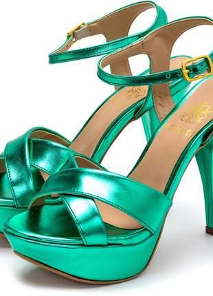 Sandália meia pata plataforma salto alto fino em verde metalizado
