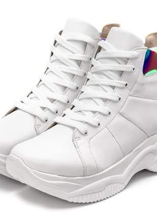 Tênis sneakers chunky cano alto branco com detalhe holografico