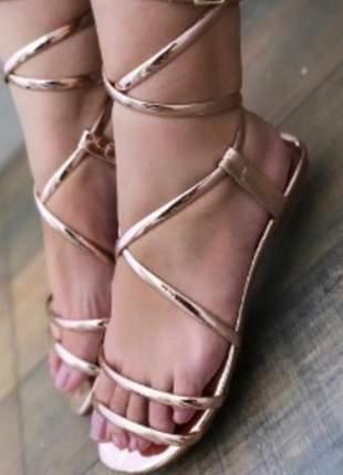 Sandália rasteira estilo gladiadora