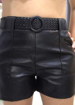 Short couro fake moda outono inverno preto detalhe cinto