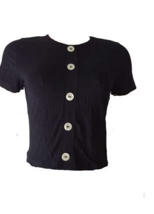 Blusa básica com botões decorativos