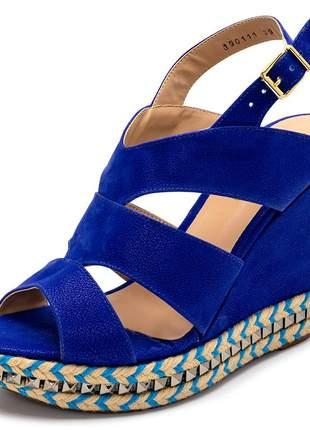 Sandália anabela salto alto azul bic com detalhes em piramide
