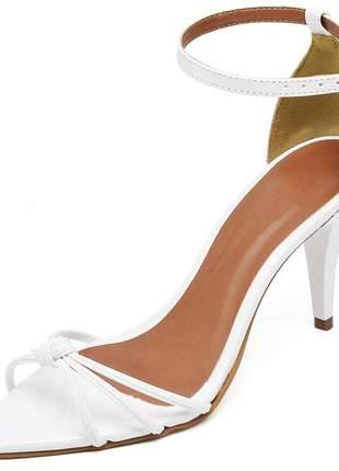 Sandália social nó aberta bico fino salto médio fino verniz branco