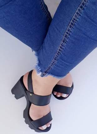 Sandália feminina tratorada preta salto alto grosso
