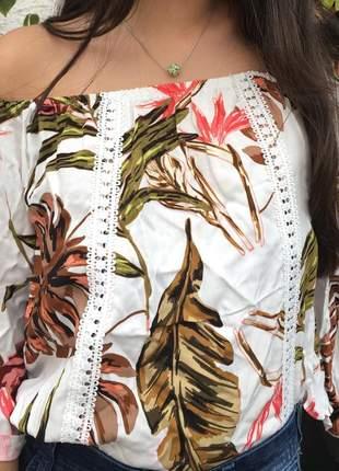 Bata ciganinha, com detalhes no cumprimento, ombro a ombro e manga flare