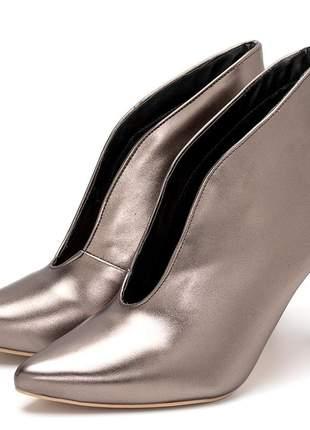 Sapato scarpin fechado salto alto fino em onix metalizado
