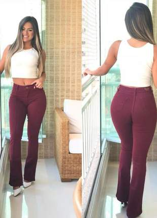 Calça jeans feminina flare boca larga vinho marsala levanta bumbum cintura alta com lycra