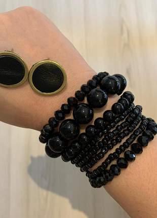 Mix de pulseiras em preto com brinco