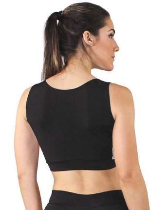 Cropped top fitness preto detalhe amarelo e branco