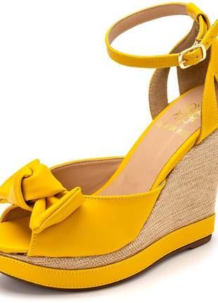 Sandália anabela amarela laço salto plataforma em juta fivela