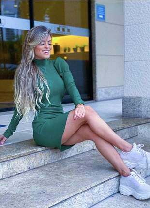 Vestido curto verde manga princesa longa
