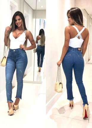 Calça jeans feminina lavagem azul médio skinny levanta bumbum