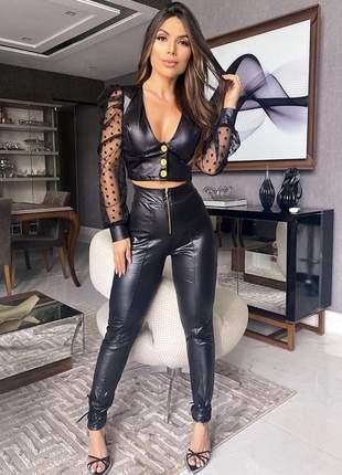 Conjunto com calça cintura alta e cropped com bojo manga longa tule