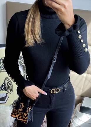 Blusa tricot de frio gola alta com botões no punho preto