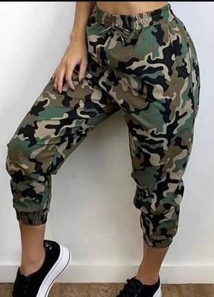 Calça camuflada jogger