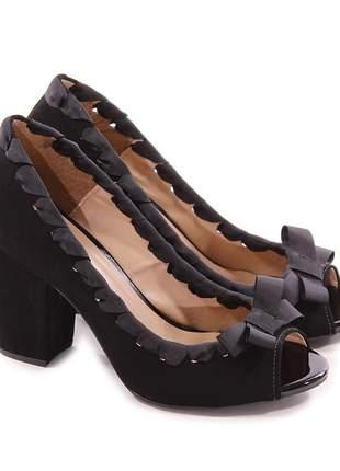 Sapato peep toe camurça preta com trissê salto grosso 8 cm
