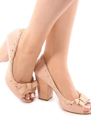 Sapato peep toe camurça nude com trissê salto grosso 8 cm