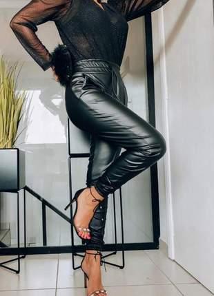 Calça jogger em couro eco – preto
